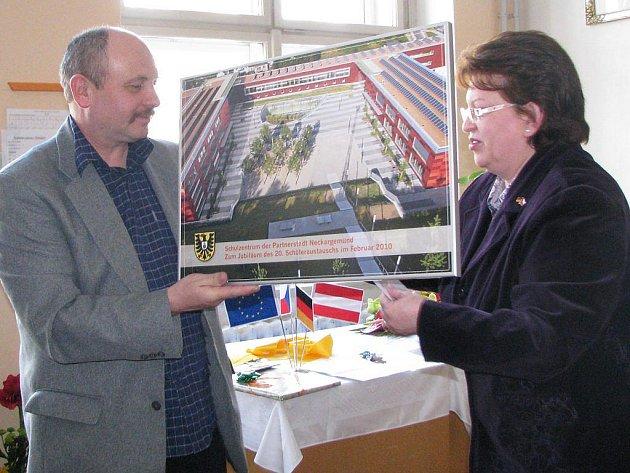 Oslavy 20 let partnerství mezi gymnázii v J. Hradci a Neckargemündu.  Učitelka Susanne Schweinfurth z  Neckargemündu předala řediteli gymnázia Miloslavu Vokáčovi obraz nového gymnázia v Neckargemündu, které mohli postavit také díky daru od města.