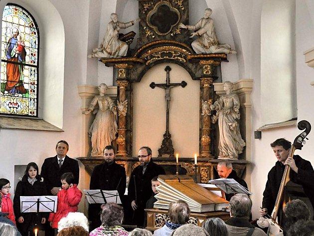 PÍSNIČKY PRO DUŠIČKY byl premiérový koncert v nově opravené kapli svatého Rocha na starém hřbitově v Dačicích.