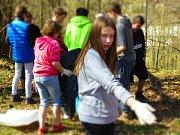 Děti ze základní školy v Kunžaku se připojily k akci Ukliďme Česko.