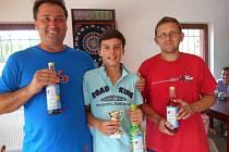 Turnaj v ping pongu na Bobelovce vyhrál třináctiletý Jiří Souček (uprostřed), jenž ve finále zdolal Dušana Chyšku (vpravo) 2:0 na sety. Na třetím místě skončil Miroslav Hornát.