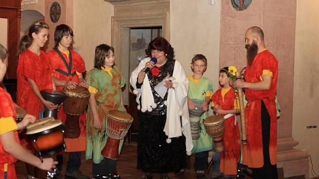 KONCERT PRO ROSKU. Benefiční koncert ve prospěch občanského sdružení Roska se konal v sobotu v jindřichohradecké kapli sv. Maří Magdaleny. Vystoupil zde také bubínkový soubor Hakuna Matata.
