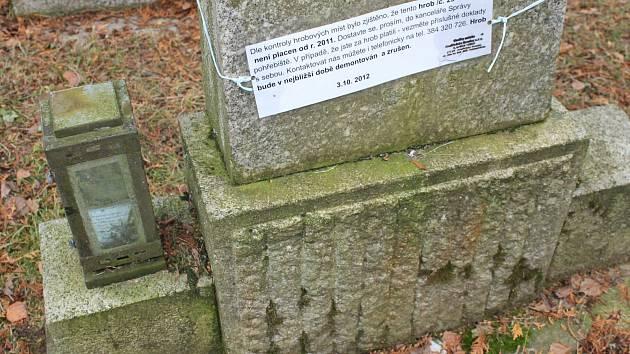 Na dlužné nájemné za hrobová místa upozorňují cedulky na hrobech.