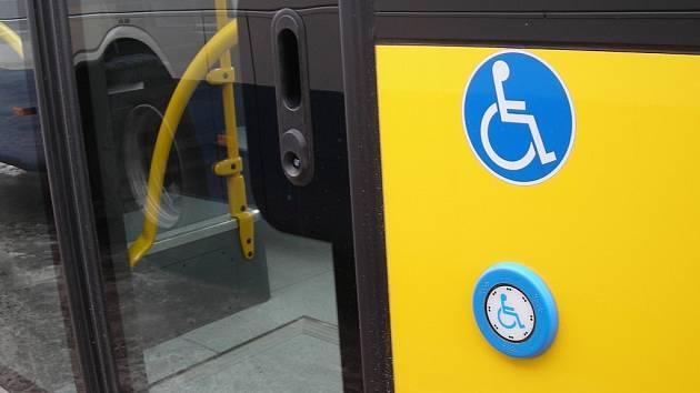 Nový nízkopodlažní autobus městské hromadné dopravy v Jindřichově Hradci má i plošinu pro vozíčkáře.