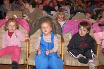 V DIVADLE. Děti z mateřských školek přijely na divadelní pohádku do Jindřichova Hradce.