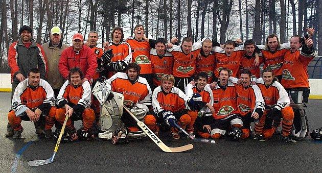 Hokejbalistům SK Suchdol nad Lužnicí patří po podzimu v jižní divizi II. ČNHbL čtvrtá příčka. Před týdnem navíc zaznamenali historický úspěch v podobě postupu do finále Českého poháru.