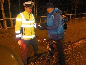 Policisté kontrolovali reflexní prvky u chodců a cyklistů