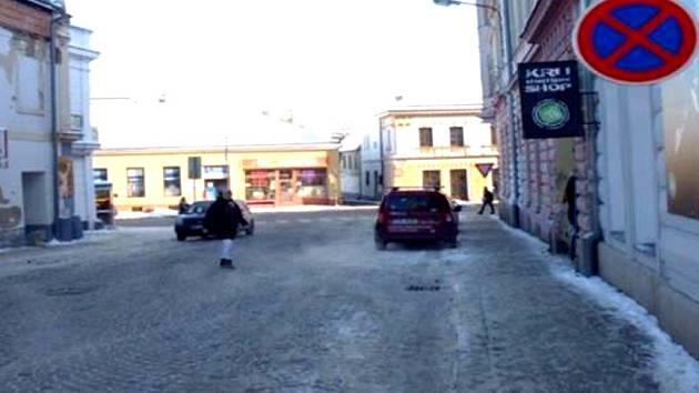 Pohled na změnu dopravního značení v Husově ulici a na novou možnost parkování naproti jindřichohradecké pošty.