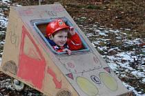 Při silvestrovském sjezdu v Horní Radouni se letos obešli i bez sněhu, vozítka jezdila na kolečkách.