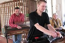 ŘEMESLO. Filip Kubák navazuje na rodinnou tradici v umělecké tkalcovně ve Strmilově