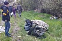 Kardašovořečičtí dobrovolníci při úklidu přírody.