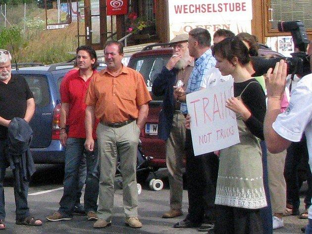 Protestní akce proti kamionům na hraničním přechodu ve Slavonicích.