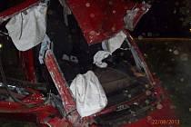 Řidič v kradeném autu si z Třeboně na Plzeňsko dojel pro smrt. Spolujezdkyně je těžce zraněná.