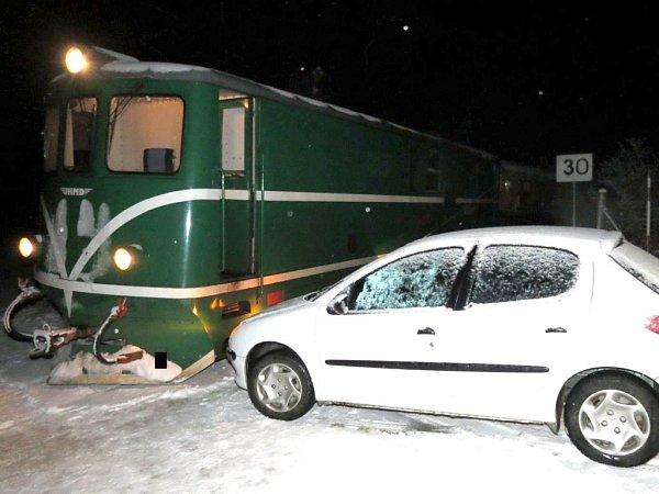Nehoda na přejezdu úzkokolejky za Blažejovem ve směru na Malý Ratmírov.