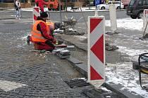 V Jindřichově Hradci na Masarykově náměstí se předělávají přechody pro chodce.