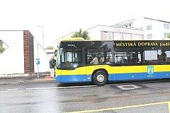 Na Otíně se bude lidem na zastávce lépe nastupovat (ilustrační foto).