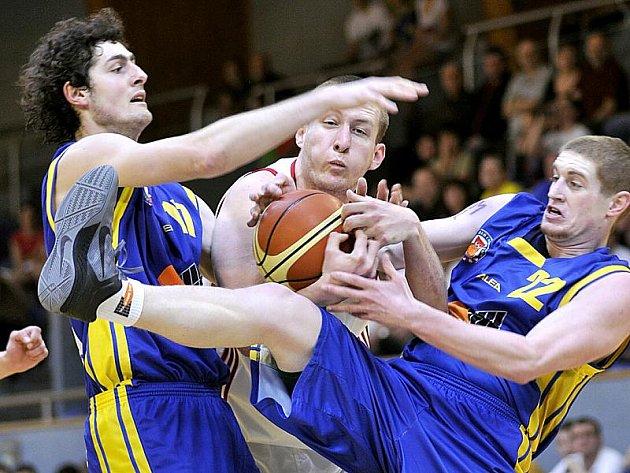 Basketbalisté Lions podlehli Ústí nad Labem 82:83. Na snímku bojuje domácí Jan Tomanec (uprostřed) s ústeckými Hojdarem a Novákem.