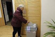 Ve Velkém Ratmírově panuje ve volební místnosti dobrá nálada. Lidé si tady mohou prohlédnout i návrhy na nový obecní znak.