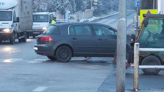 Střet dvou aut v Jindřichově Hradci na křižovatce ve Zbuzanech.