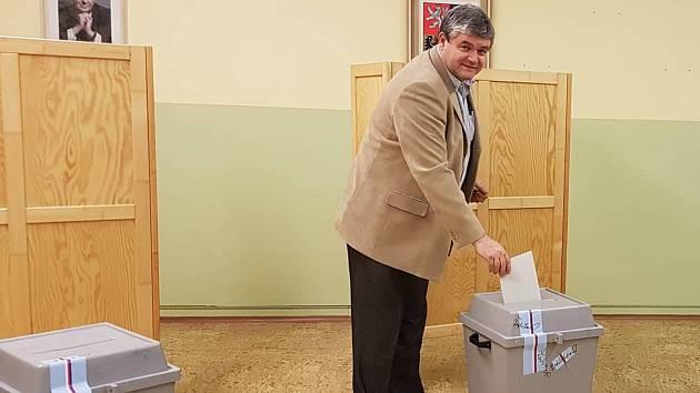 V Hradci v pátek podvečer odvolil také tajemník městského úřadu Karel Přibyl.