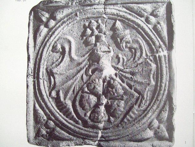 KAMNOVÁ KACHLE ze 16. století, na které je vyobrazen rodový znak Rožmberků.