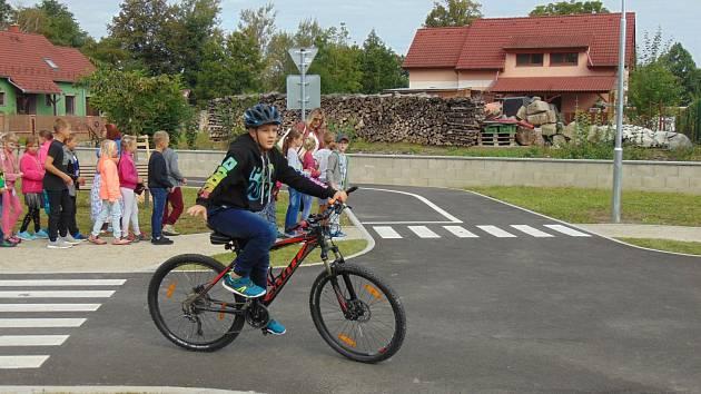 Děti z Lomnice nad Lužnicí mohly vyjet na nové dopravní hřiště.