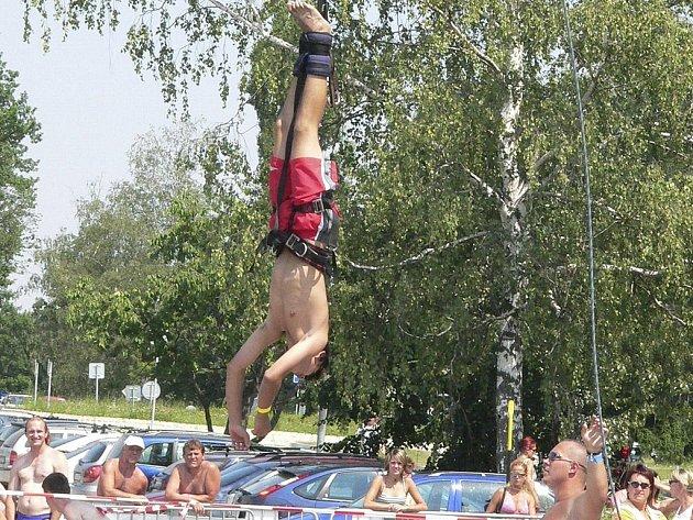 ADRENALINOVÉ SPORTY. Stejně jako v loňském roce i letos si budou moci zájemci vyzkoušet bungee jumping.