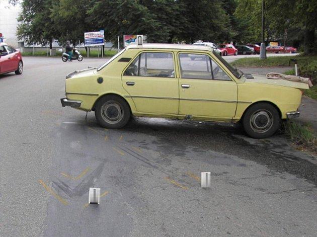 Ve škodovce zůstala po nárazu fabie zraněná spolujezdkyně. Nehoda se stala v zatáčce u bývalé továrny Jitka v J. Hradci.