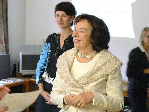 První dáma Livie Klausová předala v Jindřichově Hradci absolventům kurzu Senioři komunikují osvědčení.