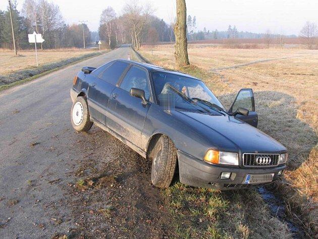 Dopravní nehoda u Polští. Audi skončila v příkopu.