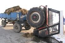 Srážka traktoru s osobním autem za J. Hradcem ve směru na Studnice.