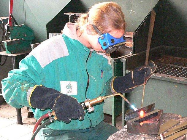 Učni na Středním odborném učilišti zemědělském a služeb v Dačicích mají možnost získat  i svářečský průkaz.