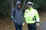 Policisté v Jindřichově Hradci kontrolovali chodce a cyklisty, zda používají reflexní prvky.