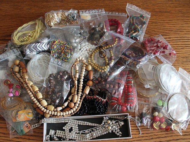 Spoustu krásných náramků, náhrdelníků i náušnic přinesla v rámci Kabelkového veletrhu Věra Hurychová z Jindřichova Hradce.