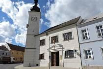 Radnice v Dačicích se sgrafitovou fasádou pochází z roku 1559.
