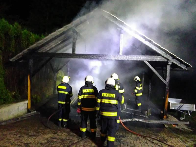 Požár přístřešku v Kunžaku.