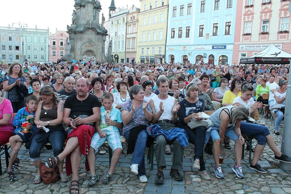 Zaplněné hradecké náměstí Míru si užilo koncert kapely Beatles Revival.