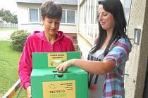 RECYKLOHRANÍ. Katrin Hatalová a Petra Svobodová ze Základní školy Slavonice se také zapojily do sběru elektrobaterií.