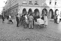 PRVNÍ PROTESTNÍ SHROMÁŽDĚNÍ v Jindřichově Hradce se uskutečnilo již 28. října 1989. Jeho iniciátoři vyrazili nejdříve na horní náměstí, aby se tiše pomodlili za odstranění Pomníku internacionalismu. Pak se vydali Panskou ulicí na dolní náměstí.