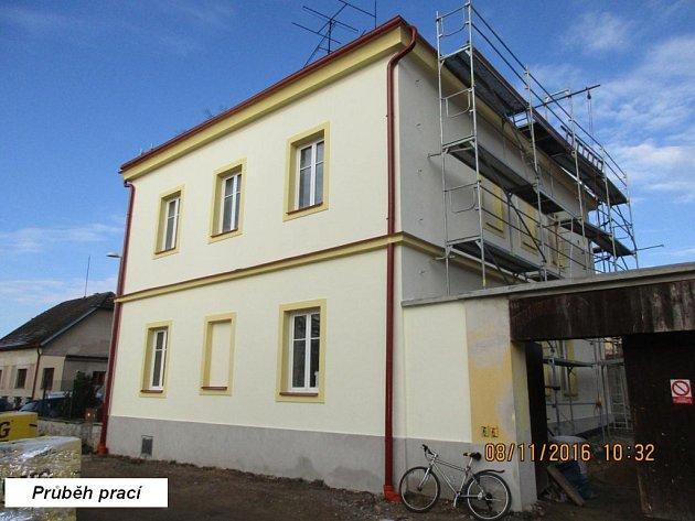 Bývalá škola se v současné době mění na zázemí pro osadní výbor a také pro spolky z Radouňky.