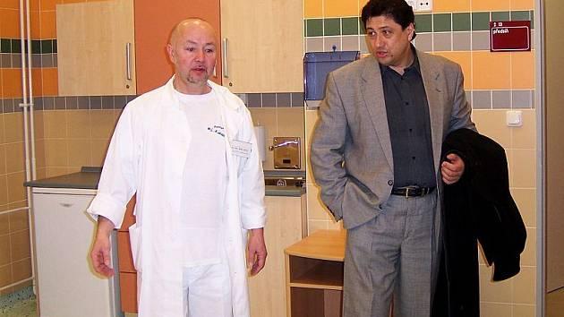 Primář Jaroslav Doucek (zleva) a ředitel jindřichohradecké porodnice Jan Mlčák v jednom z pokojů nové porodnice.