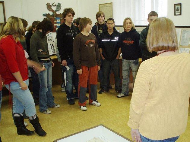 Školáci z 1. základní školy v Jindřichově Hradci podívali i do státního  oblastního archivu. ... 3bcf4cad4d5