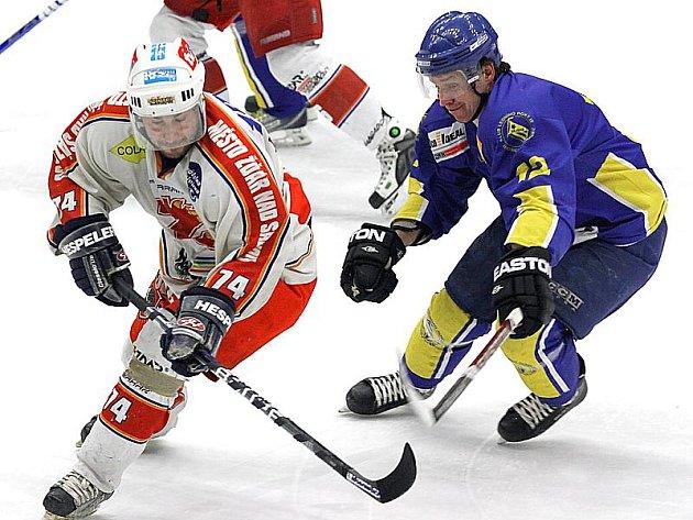 Vajgar přehrál v prvním utkání play off II. ligy Žďár nad Sázavou jednoznačně 6:0. Na snímku bojuje hostující Martin Sobotka (vlevo) s jindřichohradeckým Markem Dvořákem.