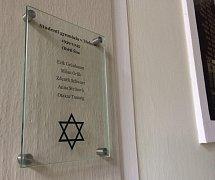 Tuto pamětní desku slavnostně odhalí v úterní dvě hodiny odpoledne ve vestibulu třeboňského gymnázia.
