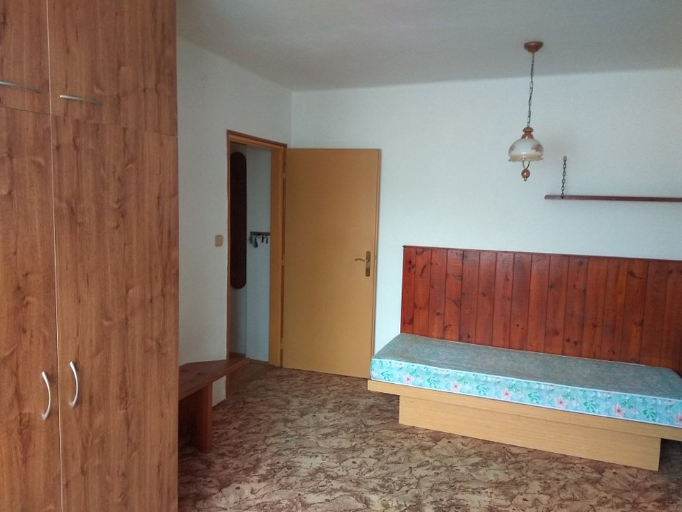 Starší byt o velikosti 2+1 se 48 metry plochy na okraji města se podařilo vydražit za 1,4 milionu korun.