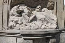 Na náměstí Míru se vrátila kopie sochy sv. Rozálie. Opravený originál je uložený v Muzeu Jindřichohradecka.