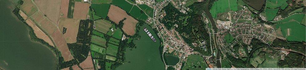 Jaké místo by obří kontejnerová loď Ever Given zabrala na Munickém rybníku na Hluboké?