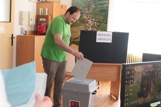 Ksobotní desáté hodině ranní odvolilo vLodhéřově necelých patnáct procent voličů.