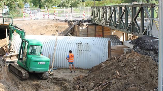Výstavba nového mostu přes Ratmírovský potok pokračuje.