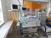Pohled na nové přístroje nemocnice: ultrazvuk, inkubátor a operační stůl.