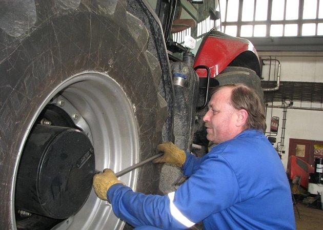 ZEMĚDĚLSKÁ TECHNIKA musí být na jarní práce dobře připravená. Na snímku ze Zemědělského družstva Pluhův Žďár se údržbě traktoru  věnuje Karel Hejtmánek.